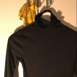 Snygg långärmad tröja i svart med hög krage, kragen går att vika ner ifall man vill/tycker det är snyggare. I väldigt bra skick, ändats använd få tals gånger. Köparen står för frakten❤️
