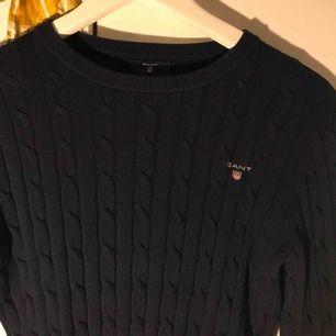 Sprillans ny gant tröja, aldrig använd pga inte min stil. Färg:mörkblå. Nypris 1300kr. Köparen står för frakt❤️