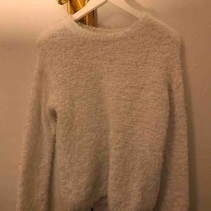 Mysig vit tröja från Gina, sällan använd och är i bra skick. Köparen står för frakten💛