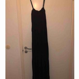 Svart långklänning ifrån märket Vila. 150 kr inklusive frakt, fint skick och avtagbara band ✨