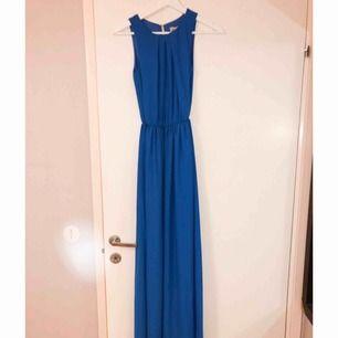 Magisk blå klänning ifrån märket Zack med guldknapp i nacken. Aldrig använd och lappen kvar. Kommer tyvärr inte till användning, endast därför jag säljer den. ✨✨ 400 kronor inklusive frakt