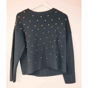 Superfin mörk grå/blå tröja med vita pärlor ifrån Chiquelle. Aldrig använd så i nyskick ✨ 300 kr inklusive frakt