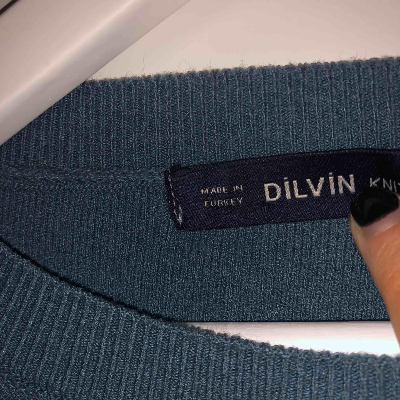 Superfin mörk grå/blå tröja med vita pärlor ifrån Chiquelle. Aldrig använd så i nyskick ✨ 300 kr inklusive frakt . Stickat.
