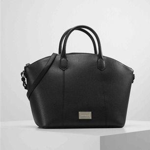 Svart väska i skinnimitation från Emporio Armani. I fint skick. Nypris: 2095