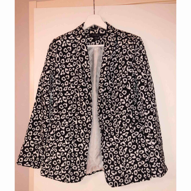 Otroligt snygg svartvit leopardfärgad kavaj. Tunnare material vilket gör att den sitter supersnyggt. 300 kr inklusive frakt ✨. Kostymer.