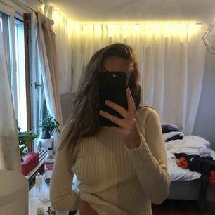 stickad tröja i krämvit färg!! frakt tillkommer ❤️