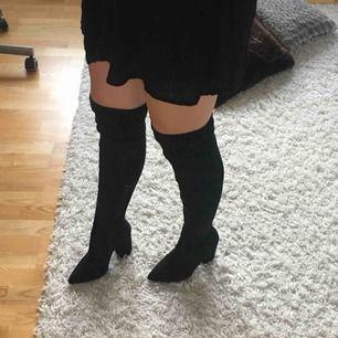 Säljer mina skitsnygga högklackade overknee boots från Nelly. Såå snygga, men har aldrig fått användning för dem. Klacken är 10 cm hög. Sitter så fint på och är sköna att gå i. Så snyggt nu till hösten. Frakt tillkommer ☺️
