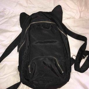 Dundersöt ryggsäck med kattöron 👯♀️ Varit en kär skolväska till mig men nu förtjänar den en ny ägare, fortfarande i mycket gott skick !!