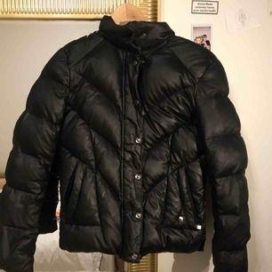 Puffer jacket från Peak Performance, säljer pga den bara ligger och dega och tar plats i min garderob, skit fin för vintern och hösten. Frakt ingår inte 😇