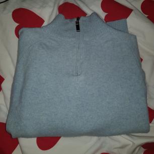 Jätte mysig turtleneck i baby blå. Blev mindre i tvätten så därmed kan jag inte använda den längre men skulle älska att ha kvar den!!