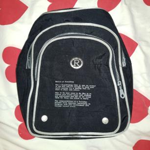 Underbar ryggsäck med jätte gullig text på framsidan. Tycker om den väldigt mycket med den kommer tyvärr inte till användning.