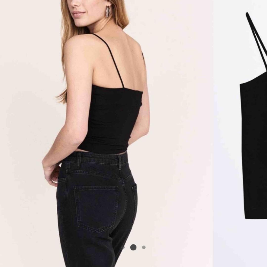 Säljer detta populära linnet från Gina tricot i mossgrönt 🌟 Är dubbellager vid brösten så det håller upp skönt 😅 Aldrig använd 💗. Toppar.