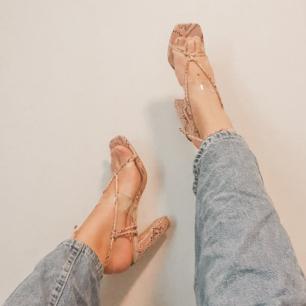 Snakeprint mönstrade högklackade skor med en klack på 7cm. Helt oanvända orginalpris 500kr från märket