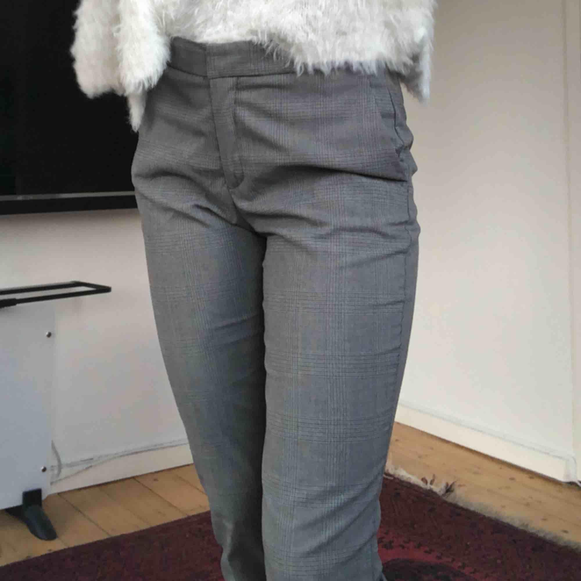 Jätte snygga gråa rutiga kostymbyxor ifrån Zara. Dem är normala kostymbyxor i modellen som är lite kortare.  . Jeans & Byxor.