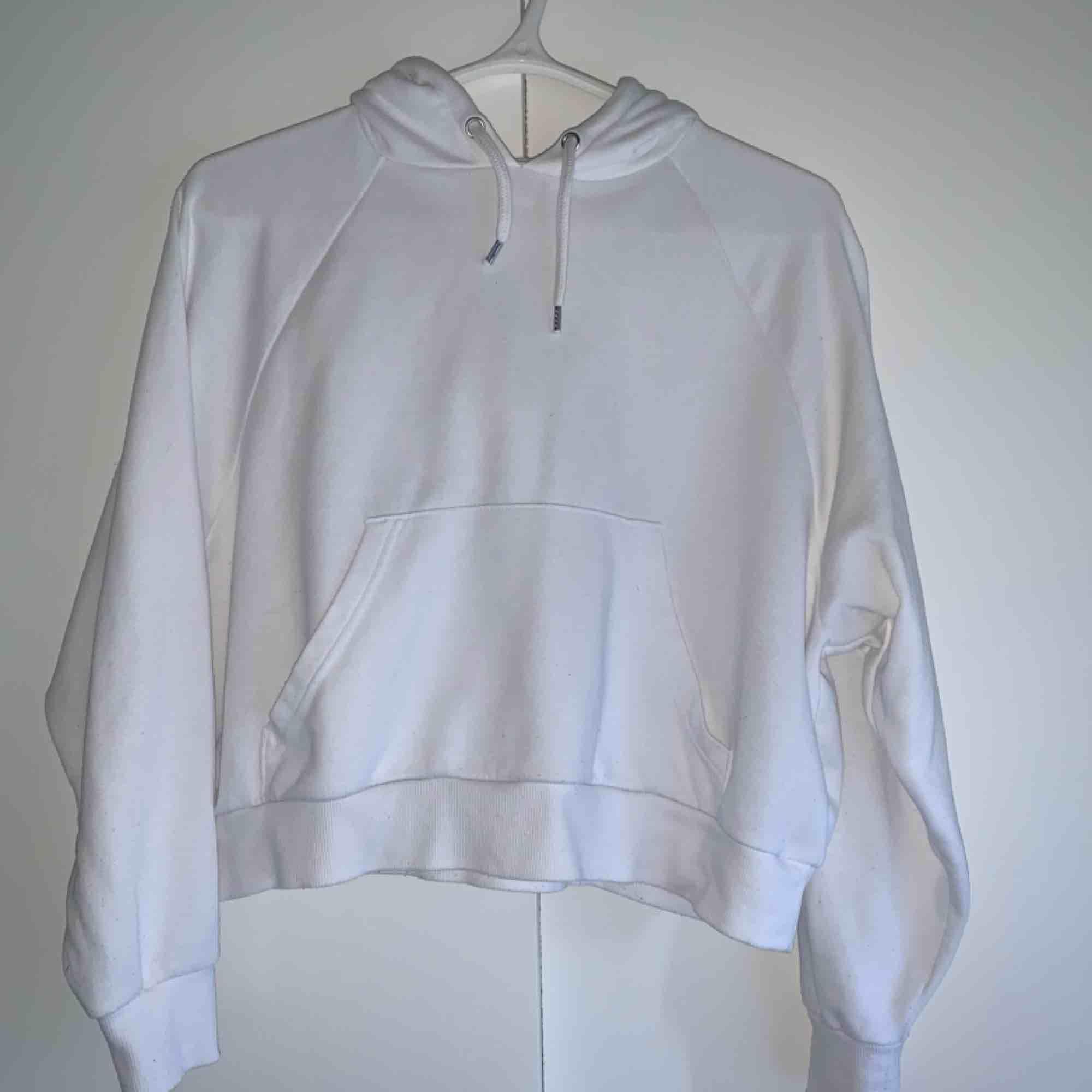 Jättefin croppad Hoodie från Monki. Storlek XS men passar även S. Frakt tillkommer💙. Huvtröjor & Träningströjor.