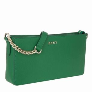 Säljer dessa DKNY axelremsväska pga har exakt samma till. Äkta! Kan frakta om köparen står frakten! Helt ny, använd en gång! Kommer långa bandet med!
