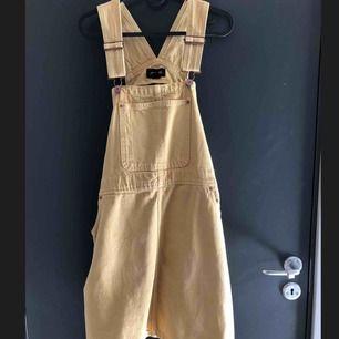Fin hängselklänning från Monki, storlek L. Använd 1 gång så i fint skick :)