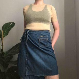 Såå fin omlottkjol i jeanstyg från Diesel • lite längre modell så passar fortfarande bra när hösten kommer smygande • fickor bak och fram och knyts framtill