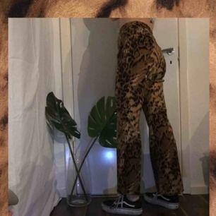 Utsvängda byxor i leopardmönster 🐆  Står stl 44 men mer som 36/38 Köpta på plick men inte använda av mig 💕 (Bild lånad)