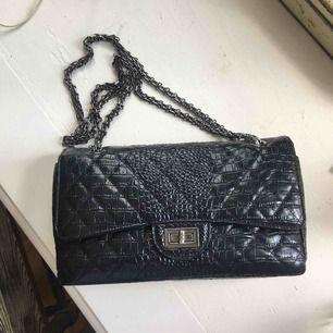 """Chanel Reissue liknade väska. Köpt på amazon för 1200kr. Jättefint skick och väldigt rejäl och äkta, inte """"plastig"""". Tror det är äkta läder. Fraktar endast"""