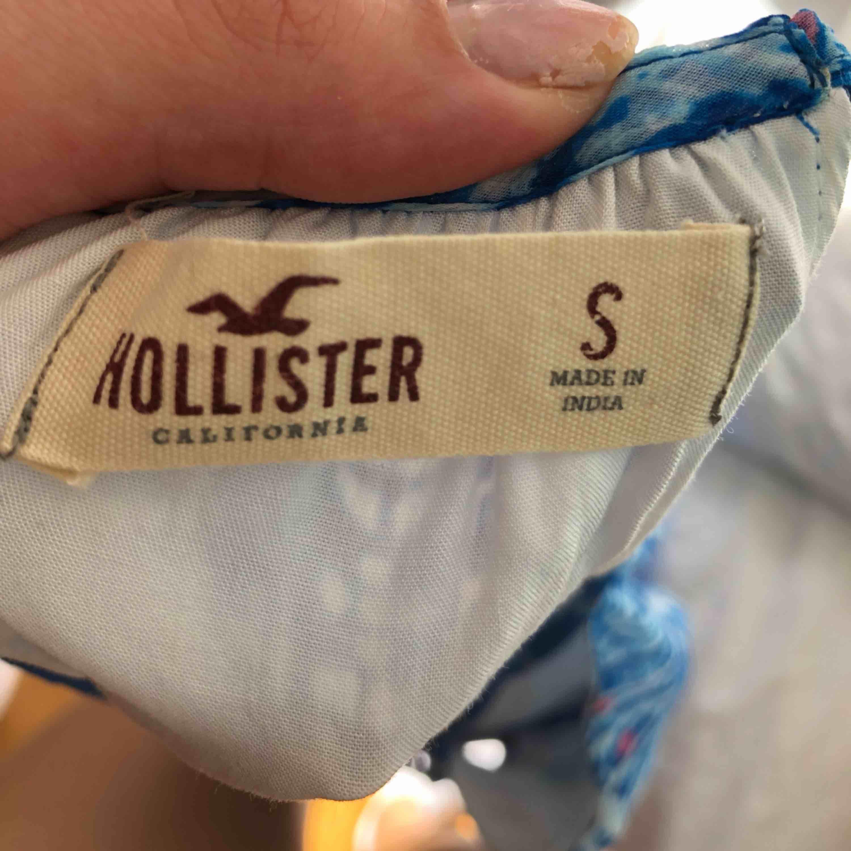 Superfin somrig klänning från Hollister. Är 175cm om någon undrar :). Klänningar.