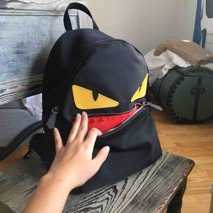 Äkta Fendi Monstereye backpack i nylon. Köpt på Verstiere Collective (där den har blivit kontrollerad) för ca 4100kr! Väldigt rymlig, dator får plats. Dustbag finns. Billigare vid snabb affär