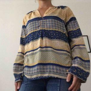 Luftig blus i etno-mönster. Snygg till vita eller blå jeans! Nyskick. Inköpt i USA.