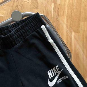 Sparsamt använda Nike tights💫 Storlek S men passar även XS. Frakten kostar 36kr💜