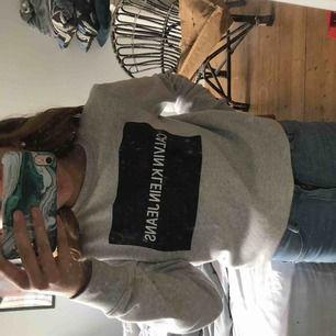 Calvin Klein tröja köpt för 75 dollar (dollarn låg på ungefär10 kr när jag var dör så ungefär 750kr) . Storlek s men passar xs , frakt tillkommer 💕