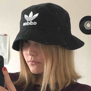 Adidas bucket hat i superfint skick!