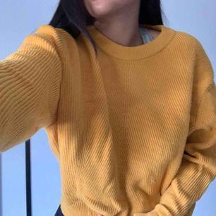 Stickad tröja från Zara. Aldrig använd! Super härlig gul färg! Mjukaste materialet du kan tänka dig!