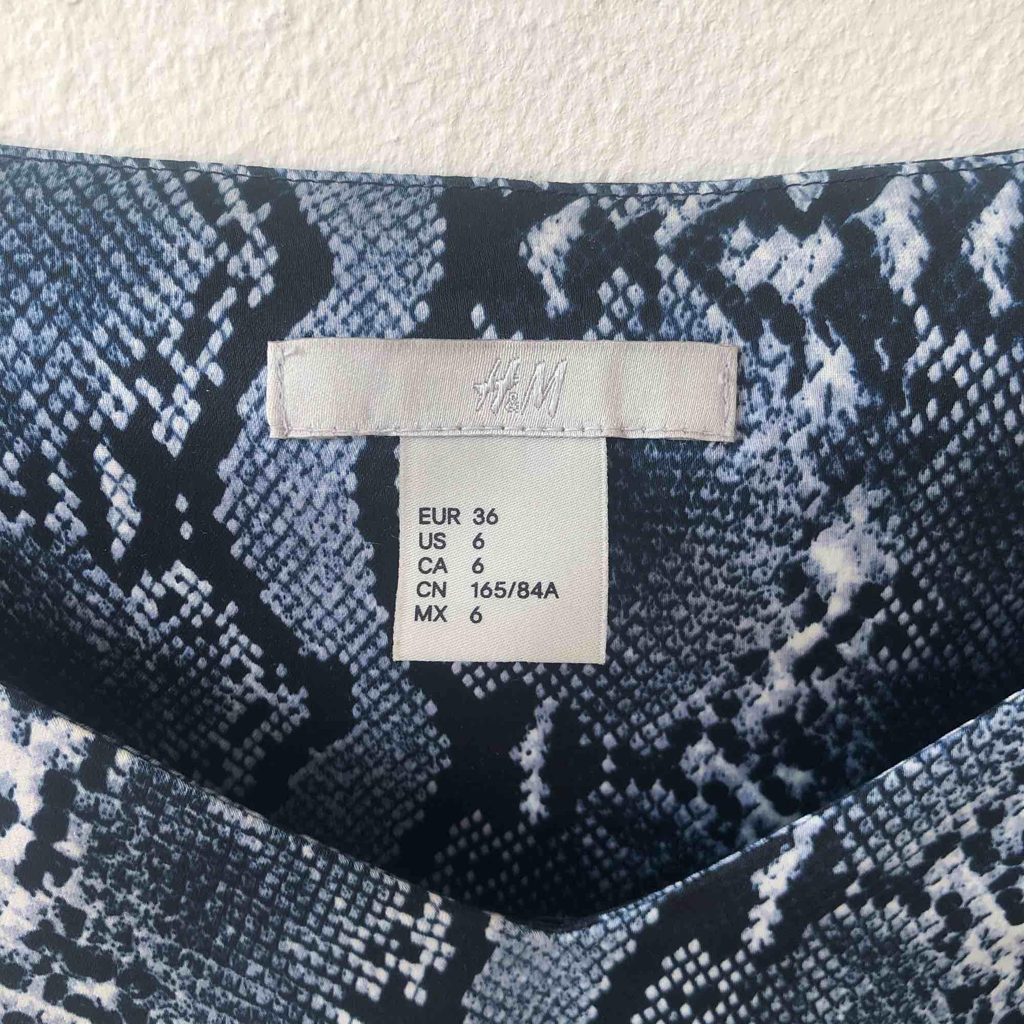 """fint snakeprint linne med """"spaghettistraps"""" som passar S och M! helt oanvänt. Toppar."""