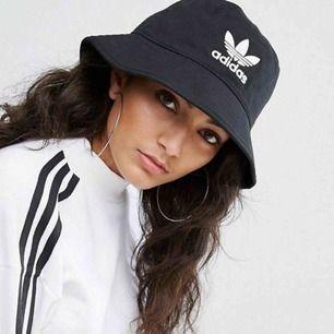 säljer min svarta adidas bucket hat, knappt använd.  original pris €32 köparen står för frakt