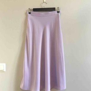 Lila kjol från H&M i storlek 36.  Midjemått ca 69 CM och längd excl waistband 75 CM. Köpare betalar frakt