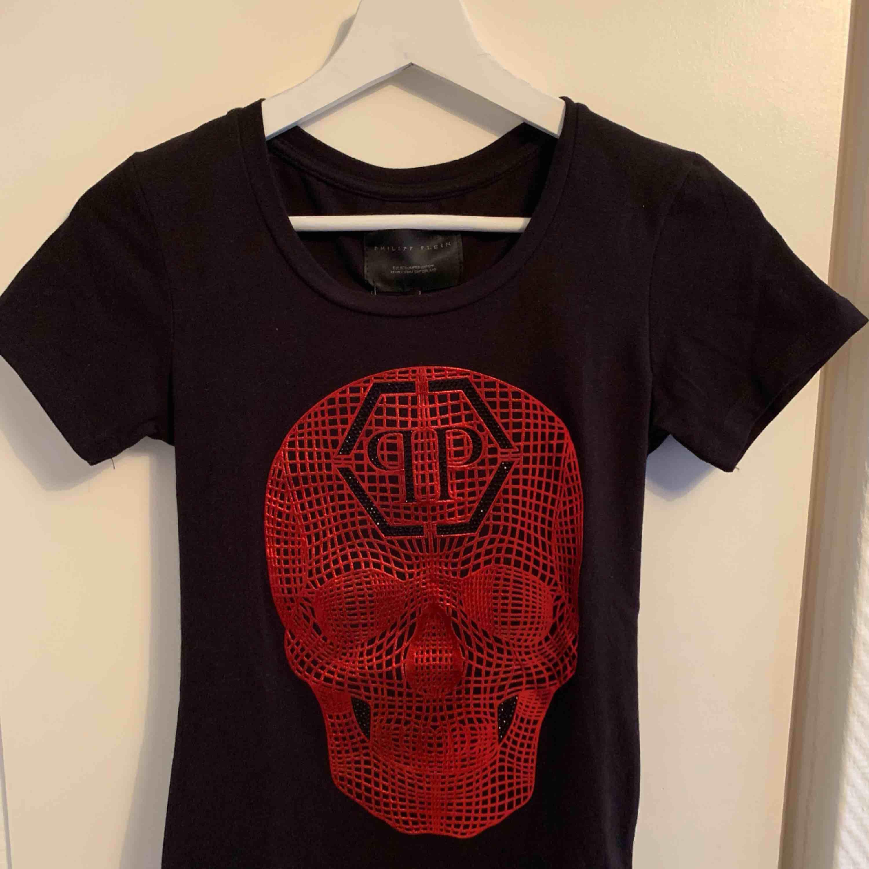 Oanvänd Philipp Plein T-shirt för tjejer.  Storlek S  OBS: KÖPAREN STÅ FÖR FRAKTEN! . T-shirts.