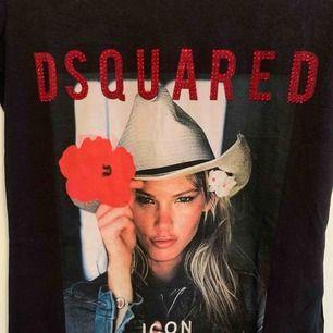 Oanvänd DSQUARED T-shirt för tjejer.  Storlek S  OBS: KÖPAREN STÅ FÖR FRAKTEN!