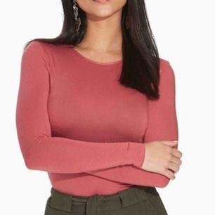 Varm rosa body från Nelly storlek M. Samma body som på bild 1 men en annan färg. Kolla bild 2 och 3 för färg. Finns i Aspudden eller fraktas