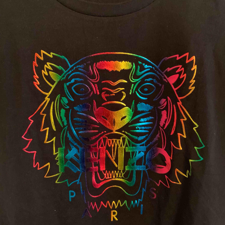 Oanvänd KENZO T-shirt för tjejer.  Storlek S  —— OBS: KÖPAREN STÅ FÖR FRAKTEN! . T-shirts.