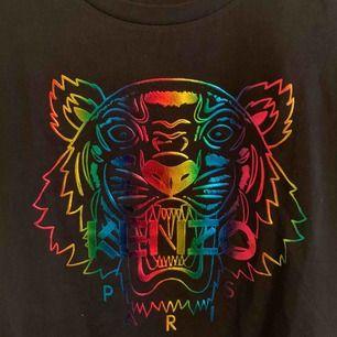 Oanvänd KENZO T-shirt för tjejer.  Storlek S  —— OBS: KÖPAREN STÅ FÖR FRAKTEN!