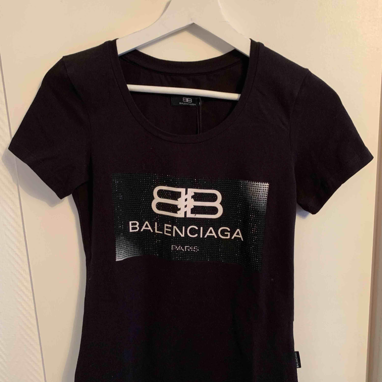 Oanvänd  Balenciaga T-shirt för tjejer.  Storlek S  OBS: KÖPAREN STÅ FÖR FRAKTEN! . T-shirts.