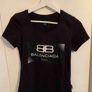 Oanvänd  Balenciaga T-shirt för tjejer.  Storlek S  OBS: KÖPAREN STÅ FÖR FRAKTEN!
