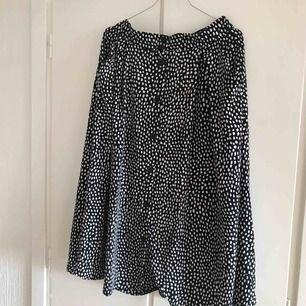Säljer min midi kjol från Monki i storlek M, knappt använd. Köpare står för frakt ☀️