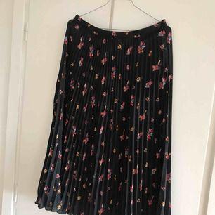 Säljer min kjol från H&M i storlek 40. Köpare står för frakt😊
