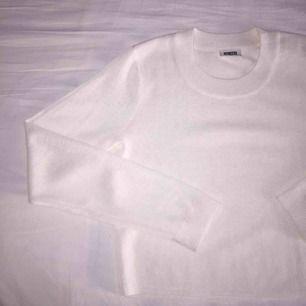 Oanvänd weekday tröja i tunt och skönt material!