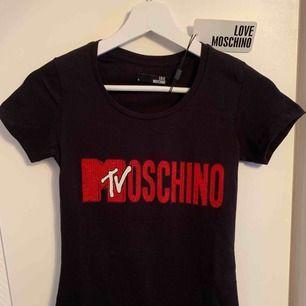 Oanvänd märkes t-shirt från MOSCHINO för tjejer Storlek: S  —— OBS: KÖPAREN STÅ FÖR FRAKTEN!