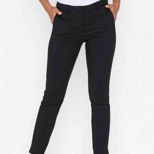 Svarta kostymbyxor från Selected Femme. Ordinarie pris 599:-. Säljes pga för stor storlek. Köparen står för frakt.