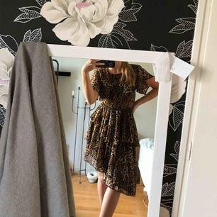 Jättefin leopardmönstrad klänning med volanger och snedskuren kjol. Som ni ser på sista bilden passar den även med en stickad tröja - perfekt till hösten! Den är från NAKD och frakt ingår i priset! Fritt fram om ni har några frågor☺️