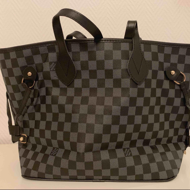 Louis Vuitton väska. Oanvänd   —— OBS: KÖPAREN STÅ FÖR FRAKTEN! . Väskor.