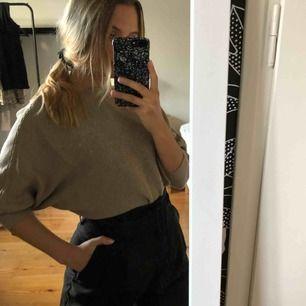 Fladdermus tröja från Zara. Sparsamt använd och i fint skick. Fraktavgift kan diskuteras. Superskön och fin! Passar till jeans, kjol, kostymbyxor... allt helt enkelt! Säljer på grund av för lite användning.