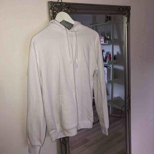 Vit hoodie, aldrig använd super fräsch och nyköpt. Säljer den på grund av att jag fick en till vit hoodie.